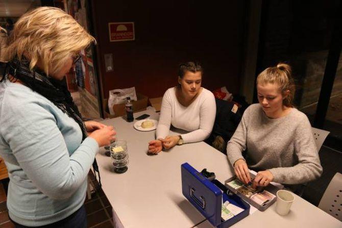RASKT SAK: Før minuttet var gått var første salet unnagjort.Ingrid Aafedt Bukve og Camilla Semstrøm Nundalhadde kontroll på pengane.