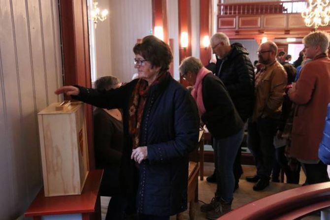 MANGE RØYSTA: Heile 114 personar røysta etter gudstenesta søndag. 89 av desse ville ha tilbake preikestolen der han stod.