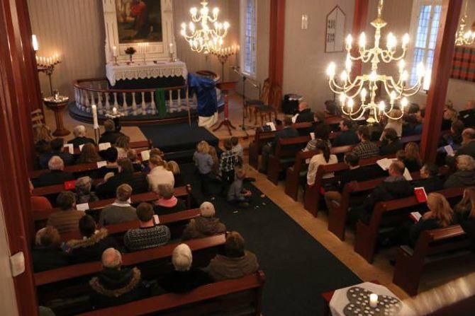 BETRE PLASS: Preikestolen pleide å stå til høgre for alteret der som dei to stolane står på biletet.