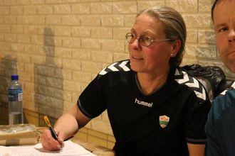 AKTIV KLUBB: Symjeleiar Ingeborg Hjelle trur årsaka til at dei har klart å skape eit aktivt symjemiljø, er at dei er fleksible for at ungane får delta òg i andre idrettar.