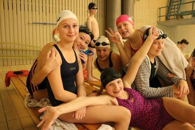 BLID GJENG: Desse jentene kosa seg i bassenget måndag. Bak frå venstre:Malin Bråthen Sveen, Tessa Vatne Skjerven, Sanna Sæbø, Marie Bjørnetun og Tomine Jevnaker. Liggande framme: Sunniva Lomheim.