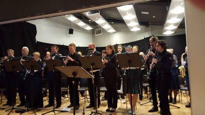 PRESISJON:Sogndal Musikklag i samspel med Sjøforsvarets musikkorps. «Utruleg presisjon,hårfin balanse, dynamikk og formidling», skriv Oddgeir Øren.