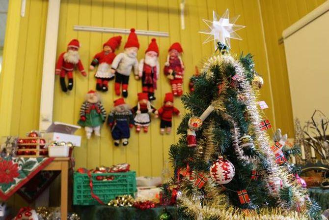 JULEMESSE: Gamleskulen si julemesse opnar samstundes med tenninga av grana - og det byrjar å bli ganske fullt allereie.