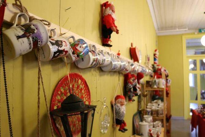 JULEKRUS: Det du ikkje finn av julepynt her er truleg ikkje verdt å finna - på denne veggen heng 31 julekrus.