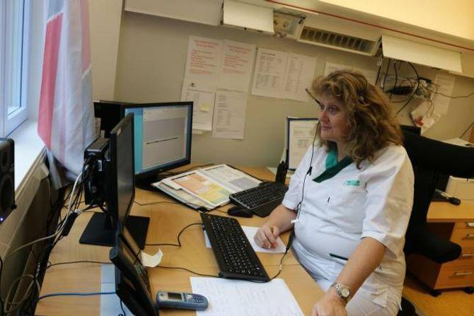 KONTROLLROMMET: Dette er hjartet i det nye systemet der Marianne Øren og anna personell med nokre tastetrykk kan kopla saman radioar som går på naudnettet med vanlege telefonar i ein og same samtale.