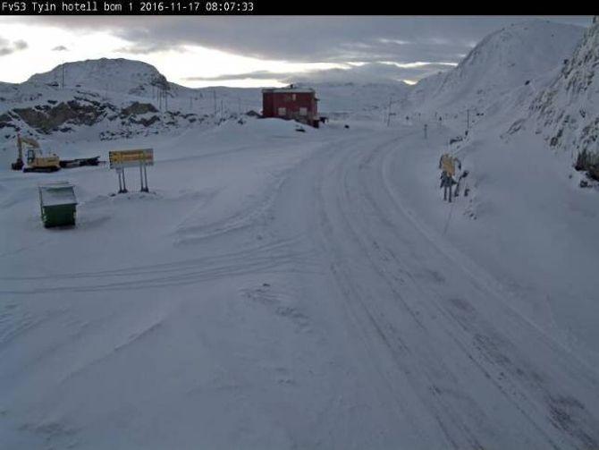 KVITT: Som biletet syner, er det kome ein del snø i fjellet.