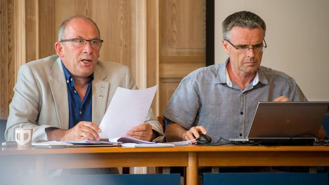 2.PLASS: Ordførar Jarle Aarvoll (t.v.) og rådmann Jostein Aanestad i Sogndal seier seg nøgde med resultatet i den nye effektivitetsanalysen. Arkivfoto