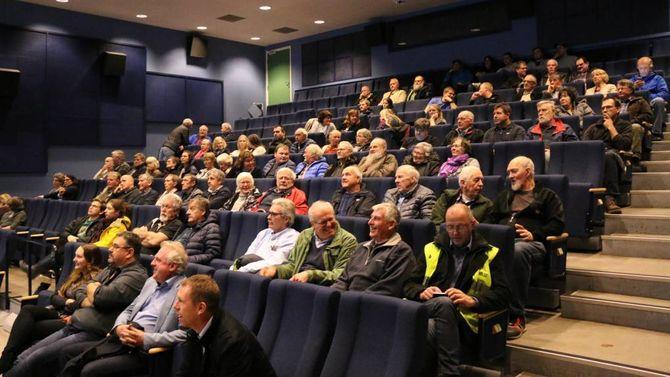 EIN DEL FOLK: Ikkje heilt fullt i salen under folkemøtet om Håbakken