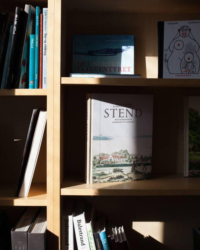 Skald lager også bøker på oppdrag, fleire av desse har endt opp som titlar på forlaget. Blant anna ei jubileumsboka om Stend jordbrukskule, som er utgitt i samarbeid med skulen.