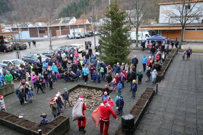 NISSEBESØK: Borna fekk nissebesøk under julemarknaden.