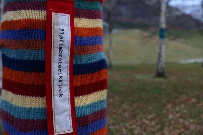 LØFTEBROT: På ein av halsane står det #løftebroterikkjeok.