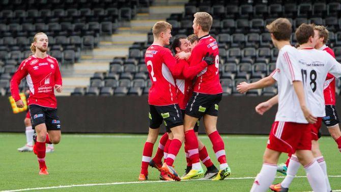 JUBELSESONG: Her jublar Fjøra for målet som sikra dei ny kontrakt i neste års oppgraderte versjon av 3. divisjon. Neste sesong blir det ikkje noko mindre oppgåve å berge plassen.