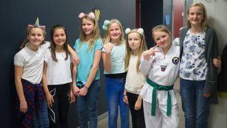 MODIG GJENG: Denne gjengen har ein liten pause før dei snart skal på scena igjen. Frå venstre: Isabel, Martine, Anna Sunneva, Thale Marie, Ingeborg, Emma og Kristin.