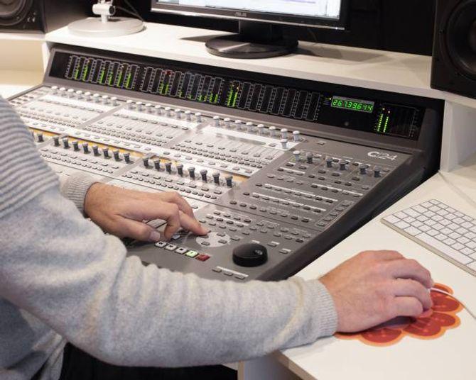 Studioet til Tom er godt utstyrt. Med dette panelet styrer han programvaren på datamaskina.