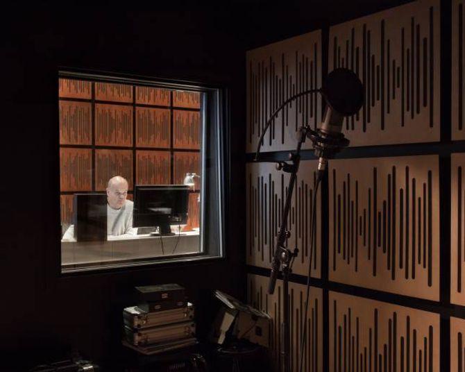 Veggane i studio er kledd i plater som er laga for å både absorbera og reflektera lyd, så lyden vert heilt optimal.