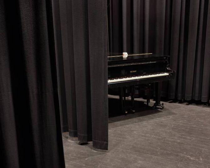 Når det ikkje er filmvising i kinosalen i Kulturhuset er det god plass til å spela saman. Tom har leidningar som går frå salen og inn i studioet, så han kan starta miksinga med ein gong.