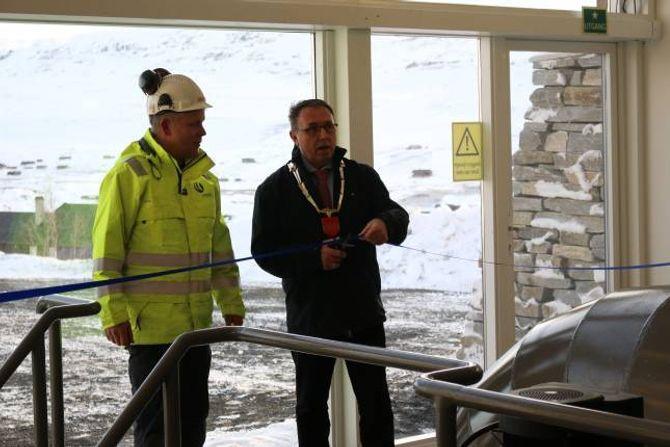 OPNA: Ordførar Arild Ingar Lægreid klipte snora, her saman med anleggsleiar Rune Bolstad.