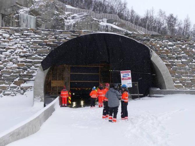 MEDIA Tunnelen kjem ut att ved Kyrkjestølen. Fagmedia og media frå både Sogn og Fjordane og Oppland deltok på prøvekøyringa onsdag.