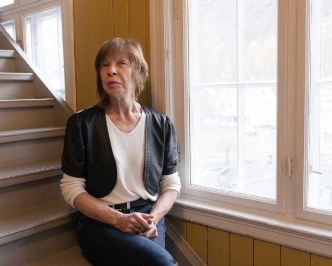 Svanhild Jellestad jobbar frivillig på Gamleskulen nokre dagar i veka. Ho tykkjer folk er flinke til å bruka butikken.