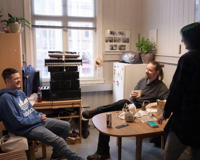 Det sosiale er viktig på Gamleskulen. Frå venstre: Preben Raudi, Erik Vikersveen og Tina Haugen.