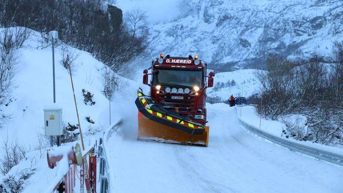 I AKSJON: I heile vinter skal den supersterke brøytebilen bruka sine 730 hestar på å halda Årdal-Tyin open.