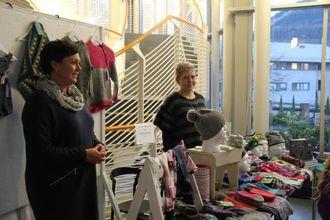 STRIKKEPRODUKT: Dei to damene sel strikkeprodukt og hekleprodukt som dei har laga sjølve.