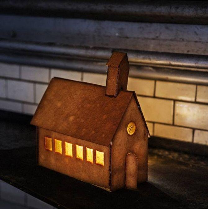 PEPARKAKEKYRKJE: I peparkakeboka frå bakaren i Lom kan du mellom anna lære å lage ei peparkakekyrkje med fine vindauge.