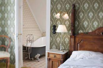 HISTORISK INTERIØR: At hotellet er fleire hundre år gamalt ser du att i stilen på møbel og interiør, òg på romma.