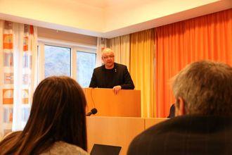 TALTE: Hilmar Høl (Ap) talte til kommunestyret i Årdal om vestlandsregionen 24.november og nemnde då holdingselskapet som det blir lagt opp til skal ta over fylkeskommunen sine SFE-aksjar. Arkiv