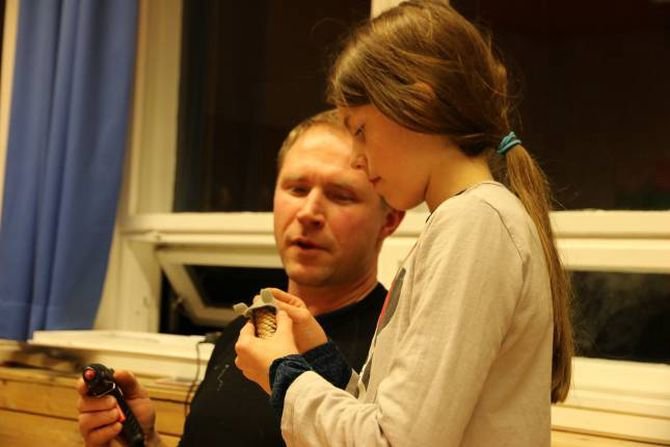 LITT HJELP: Mathilde Tønjum får ei hjelpande hand av Olav Ødegård med liminga når kongla skal bli til rotte.