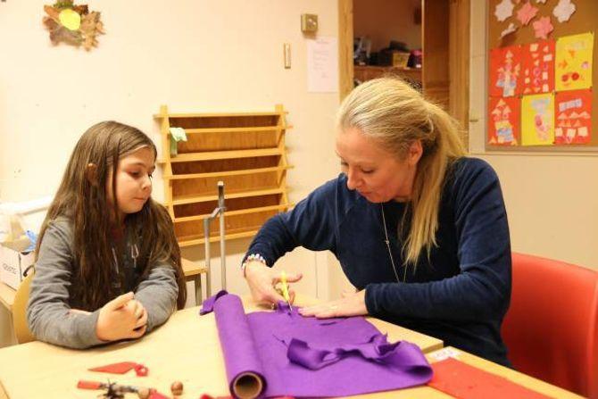 FIN STEMNING:Cecilie Lyche Christiansentykkjer juleverkstaden på Ljøsne skule er noko av det kjekkaste i heile førjulstida. Sara Kleberg (8) har vore produktiv denne dagen.