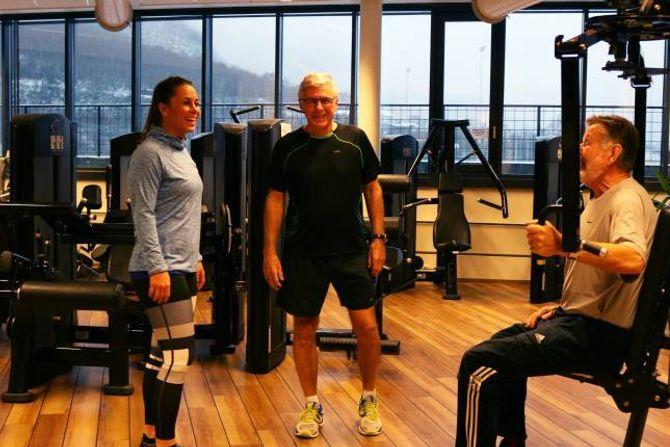 RÅD: Med utdanning som personleg trenar kan Szabo gi gode råd til dei som trenar på senteret. Her i møte med to herrar som tok seg ei tidleg økt.