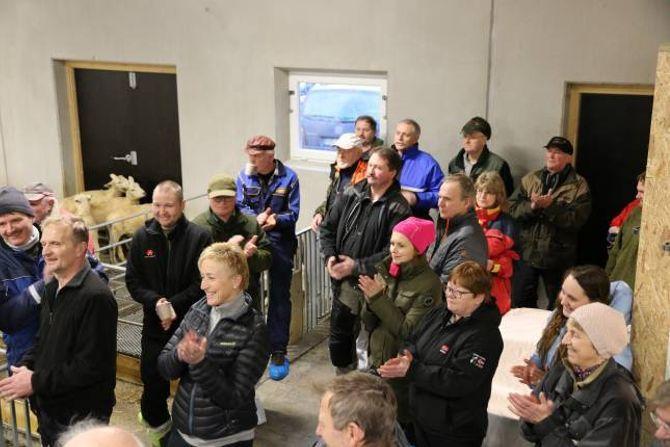 FULL FJØS: Bønder frå alle dei tre kommunane, politikarar og representantar frå landbruks- og næringsorganisasjonar var med på opninga av fjøsen.