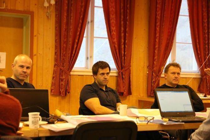 PLANAR: Johannes Myrmel (t.v.) har vore byggjesakshandsamar i Lærdal kommune i tida då Håbakkenprosjektet har skride fram. Ny byggjesakshandsamar er Jan Olav Åsarmoen Møller (i midten). Prosjektleiar i Lærdal Næringsutvikling, Jan Petter Vadheim til høgre.