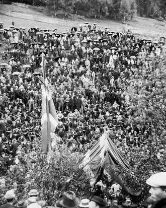 FOLKSAMT:Seks tusen menneske har møtt opp for å høyre Bjørnstjerne Bjørnson tale i Prestadalen i Sogndal.