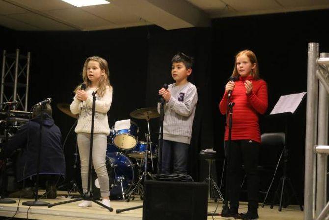 ØVING: Måndag var det siste øving for dei yngste elevane før julekonserten på laurdag.