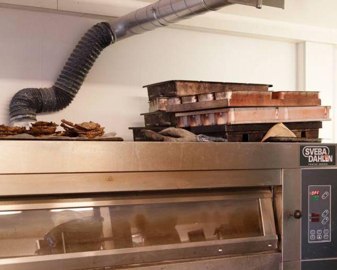 I bakaromnen vert det steikt alt frå knekkebrød og rundstykke til bollar og pizza.