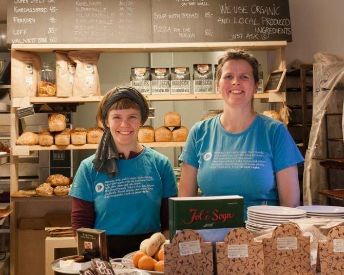 Marianne Holme og Sofia Maria Bang Elm møter gjestane med eit smil.