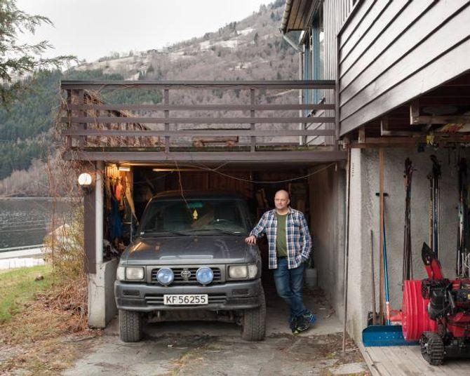 Tor Yttri ved heimen sin i Kvam utanfor Sogndal.