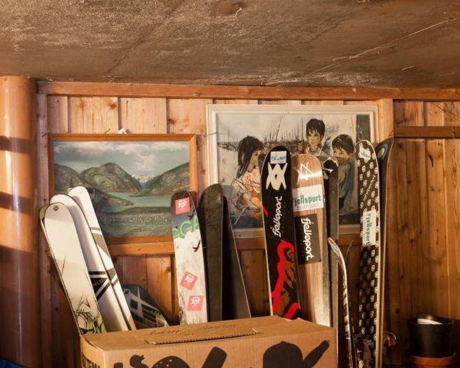 Utstyret er på plass. Tor pressiserer at alle skia ikkje er hans, men at nokre er sønene sine.