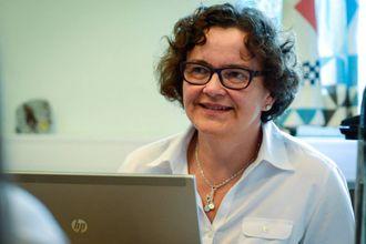 ROSAR DEI TILSETTE: Karin Vikane i Indre Sogn Sparebank skryt av givargleda til dei tilsette.