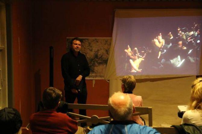SPENSTIG: Kurator Kjell-Erik Ruud synte ein video av det særs spenstige stuntet under Kunstnerforeningen sitt årsmøte på Voss. Han meinte like spenstige kunstneriske påfunn bør vera mogleg å få til i Lærdal.