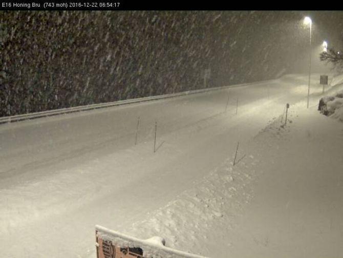 SNØBYGER: Det snør ein del i fjellet, noko som fører til redusert sikt. Slik ser det ut ved Honing bru på E16.