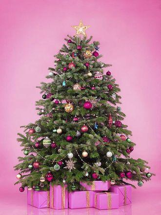 ROSA JUL: Kastar du deg på trenden og pyntar treet i rosa og blått, eller held du deg til den tradisjonelle juletrepynten?