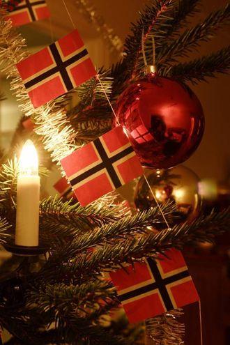 RAUDGRØN JUL: Mange held framleis fast på den tradisjonelle julepynten med raude kuler og norske flagg.