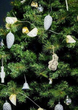 LYST INNTRYKK: Mange vel å pynte treet i gull, sølv og kvitt. Denne pynten lyser opp i den mørke tida, seier designar Elsbeth Monsen.