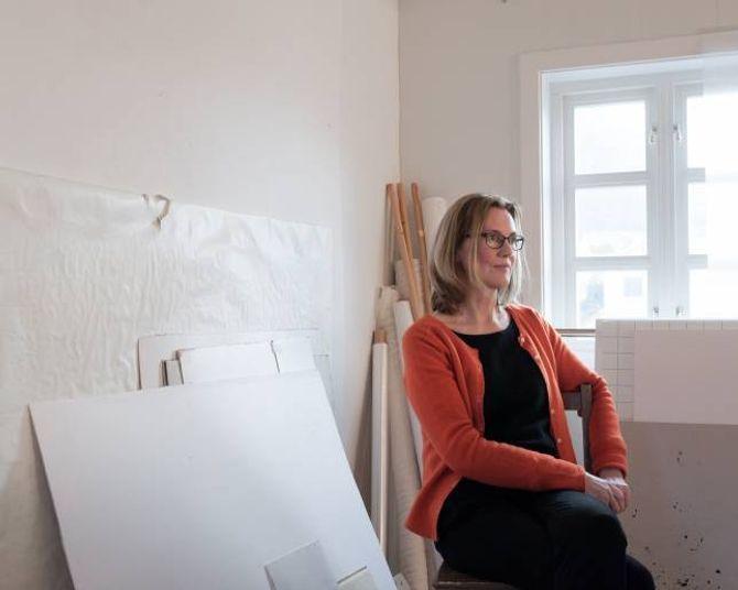 Janne Nes i atelieret sitt i Gamlehotellet i Leikanger.