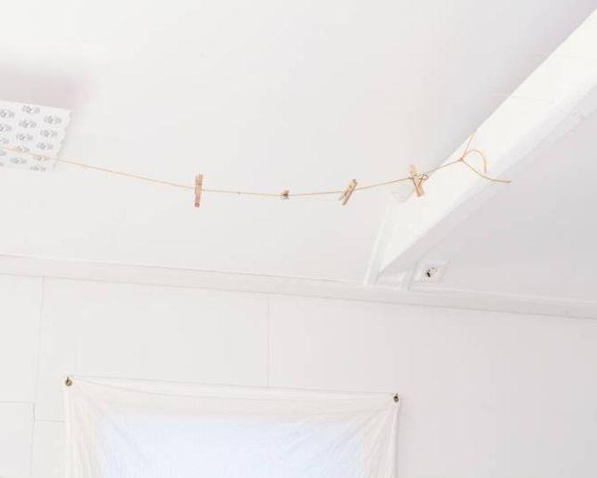 Frå taket kan Janne henga opp silkestykka, for å få ein idé av korleis det ferdige verket vil verta.