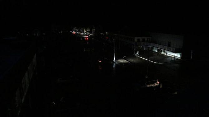 BEKSVART: Slik såg det ut i Øvre Årdal i tre timar på tampen av januar - samstundes jobba tilsette på Hydro på spreng for å avgrensa skadane. Arkiv