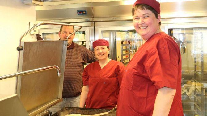 HEIMELAGA: Kjøkensjef Ole Inge Moen saman med Elin Brekke Hop og Gro Myrmel Moen sørgar for at maten til pasientane er både smakfull og næringsrik.